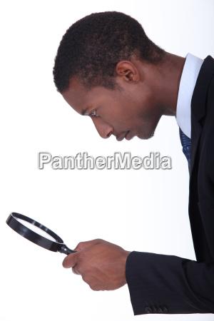 homem negro olhando atraves de uma