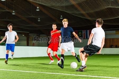 a equipe joga o futebol interno