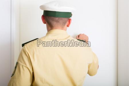 policial bater policia homem