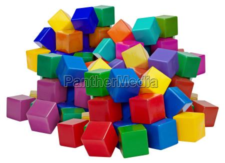 grande pilha de blocos de plastico