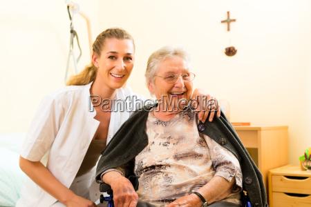 idade e cuidado cuidador e um