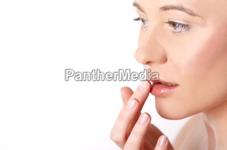 mulher jovem cremes dela labios