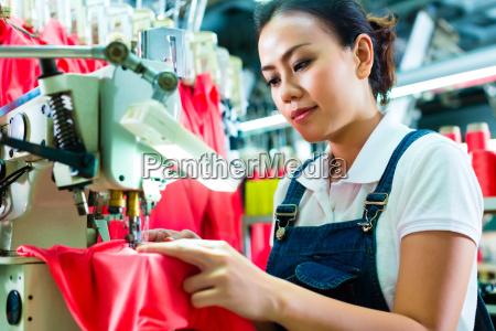 costureira em uma fabrica de materia