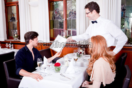 esposa e marido jantando no restaurante