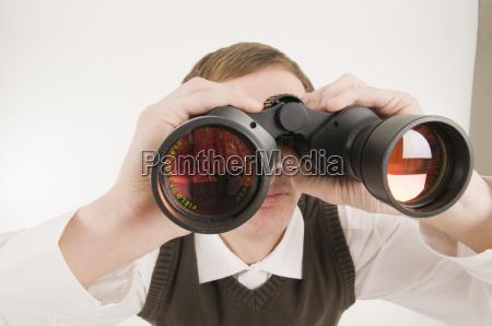 homem com binoculos