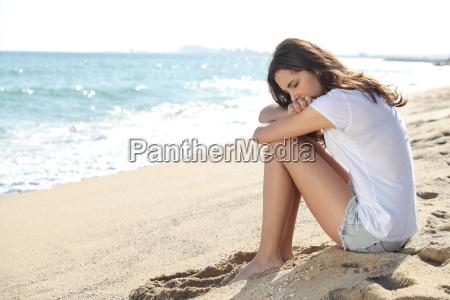 retrato de uma menina preocupada que