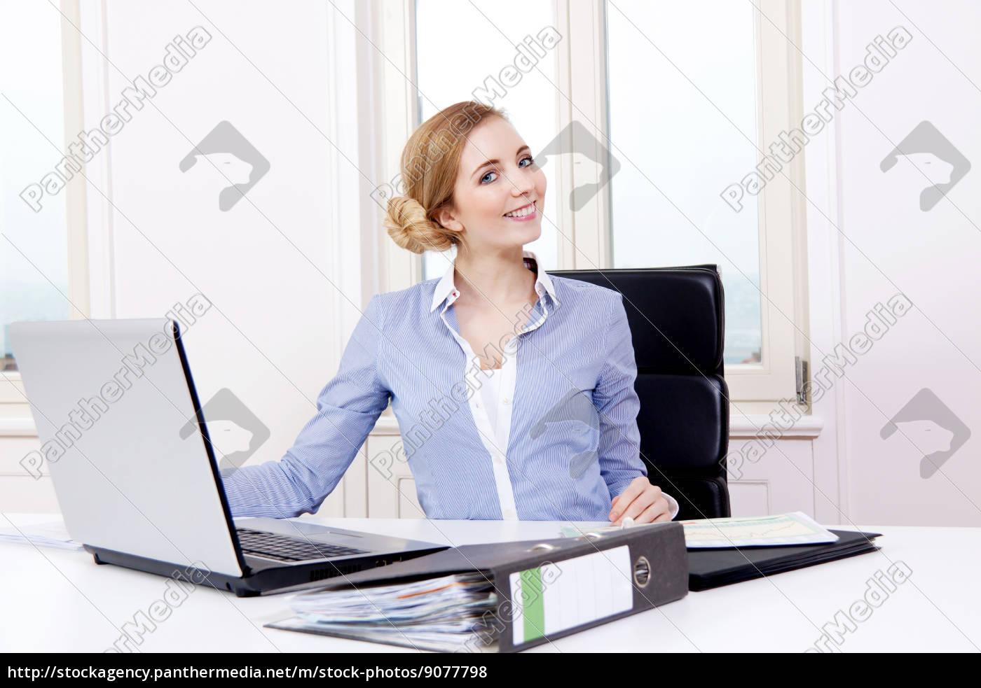 a, mulher, loura, nova, trabalha, em - 9077798