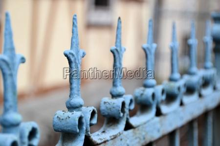 uma cerca de metal na frente