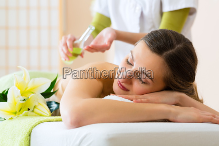 mulher recebe uma massagem no spa