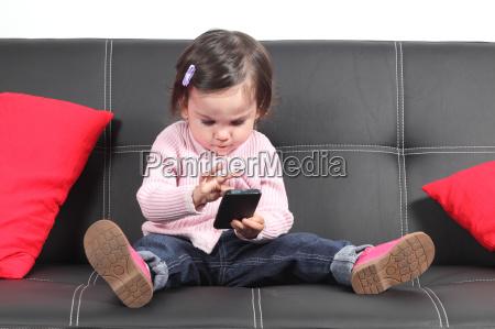 bebe casual sentado en un sofa