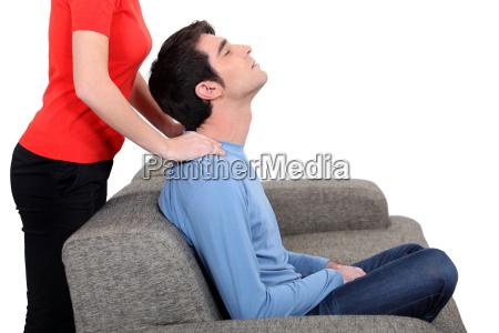 mulher que da massagem no pescoco