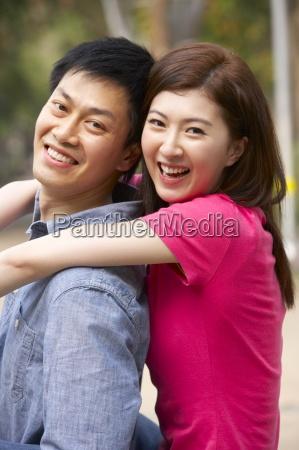 casal chinesa nova que relaxa no