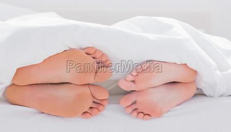 cama mentira pe toes descalco cobertor