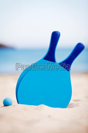 morcego de beachball azul na areia