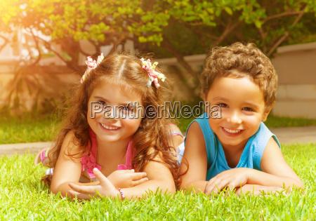 miudos felizes na grama verde