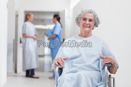 paciente idoso no corredor