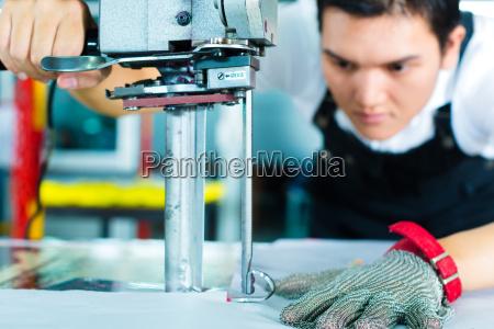 trabalhador da fabrica em uma maquina