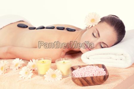 mulher attraktve jovem recebe uma massagem