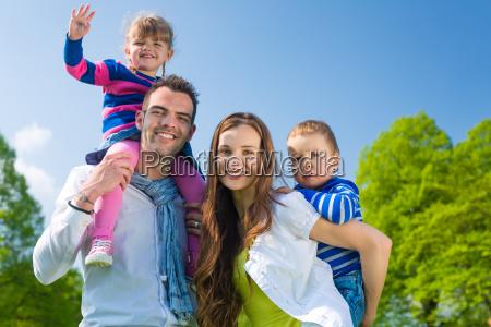 a familia feliz senta se no