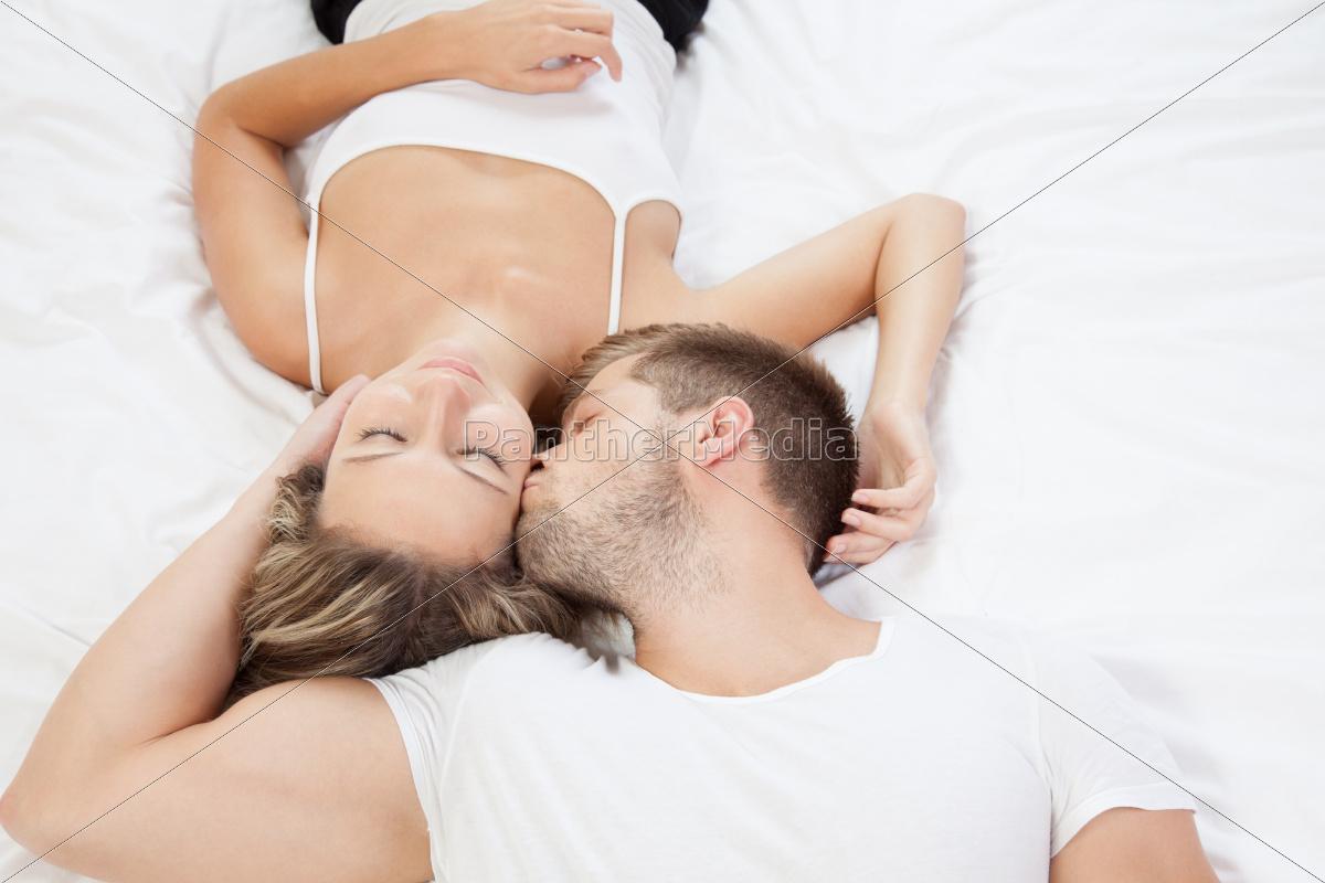 jovem, casal, romântico, na, cama - 10078306