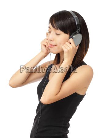 mulher asiatica apreciar a musica