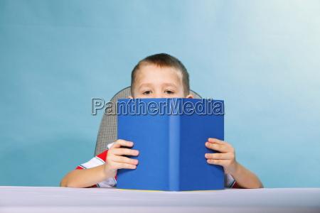menino garoto lendo um livro no