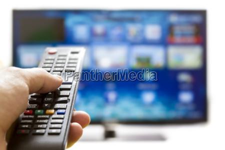controle remoto tv radiodifusao rede assistindo