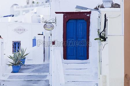 azul porta madeira e escadas santorini