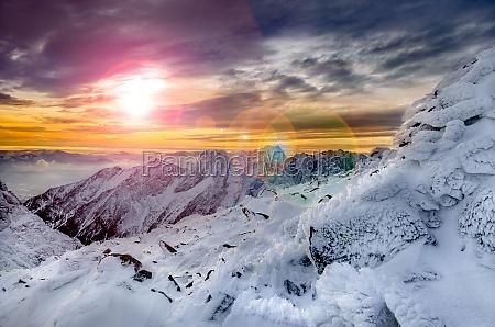 vista cenico das montanhas do inverno