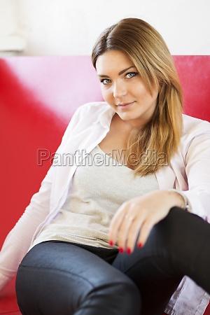 mulher em sofa monotono de couro