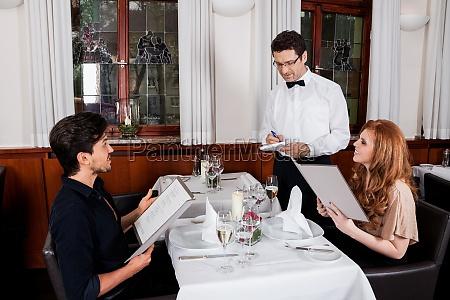 feliz casal adulto no restaurante para