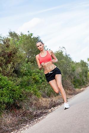 mulher atletica atrativa nova que corre