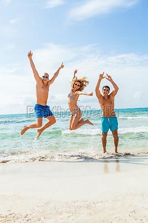 grupo de rir jovens na praia