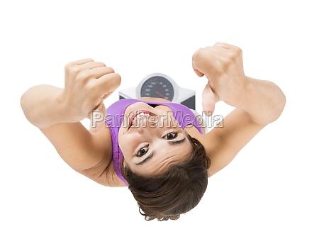 mulher atletica bonita e feliz