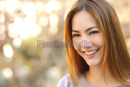 retrato de uma mulher feliz bonita