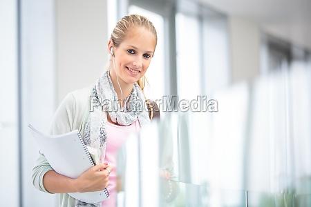 estudante no campus estudante consideravelmente femea