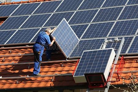 workman esta montando paneels solares