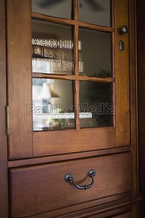 detalhe armario de madeira com livros