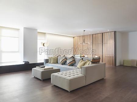 minimalista sala de estar com piso