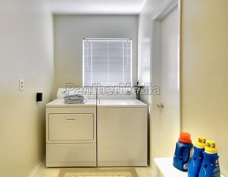 lavanderia branca no tradicional casa