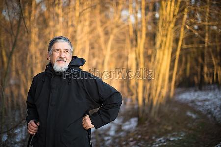 senior mand nordic walking nyde udendors