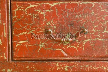 detalhe de cracked red drawer