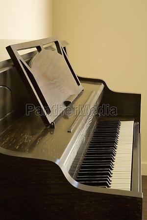 detalhe de um piano vertical