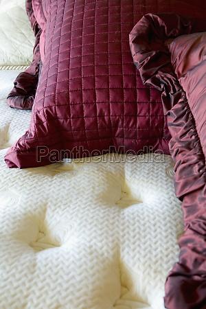 almofadas vermelhas em uma grande cama