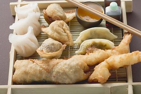 alguns alimento bola recheado asia camarao