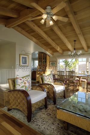 teto de madeira na sala de