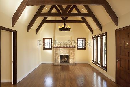 piso de madeira em sala vazia