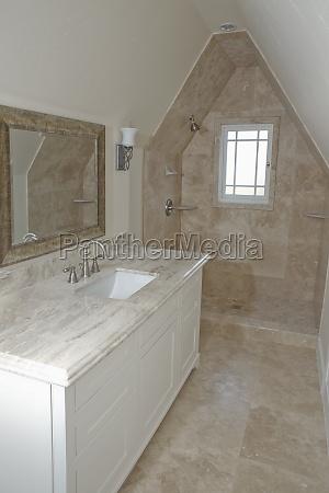 chuveiro e pia no banheiro tradicional