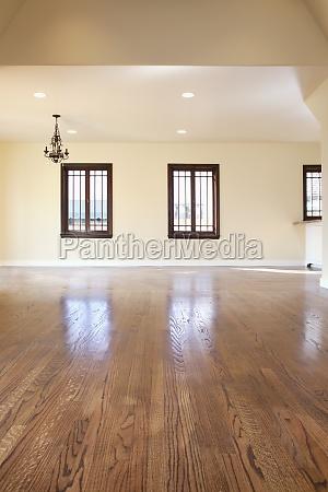 sala vazia com piso de madeira