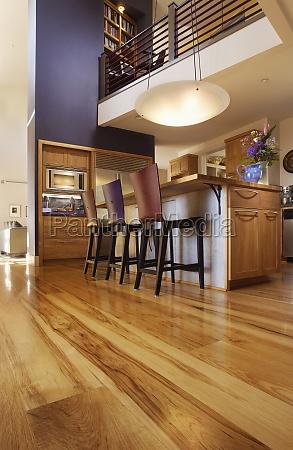 casa construcao madeira marrom cadeiras cozinha